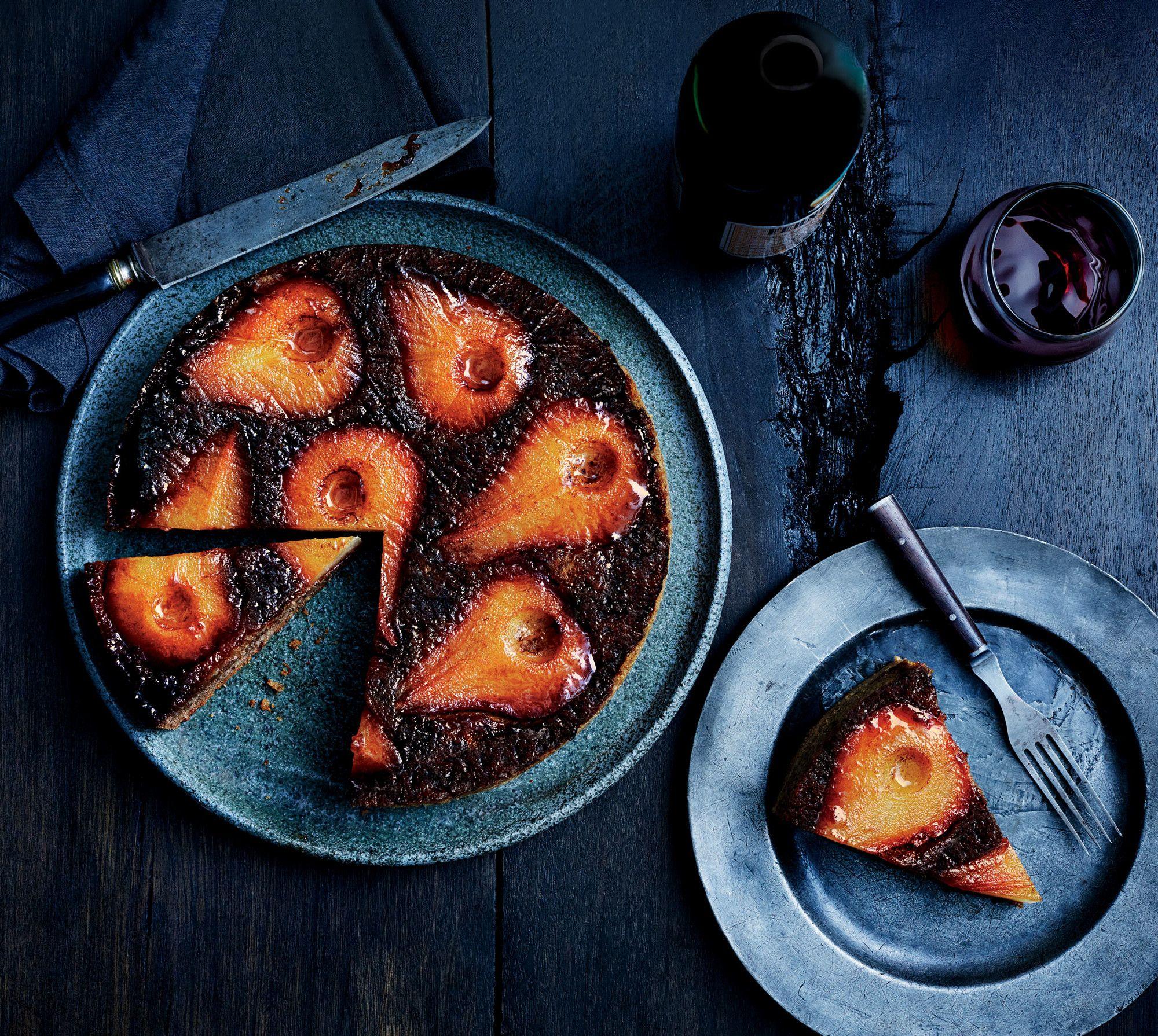 Valmista keikauskakku vaihteeksi päärynästä ja viimeistele se granaattiomenakastikkeella. - bonappetit.com