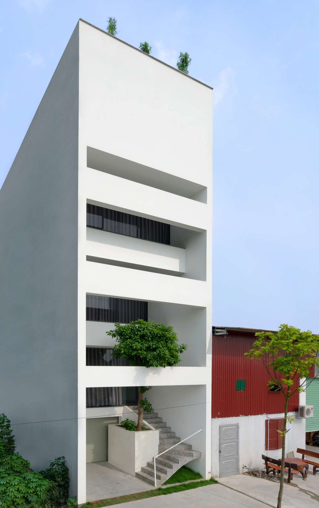 A House In Trees Locates In A Small Narrow Land Which Was Divided With The Area Of 5x15 M In Tu So Arsitektur Minimalis Desain Eksterior Arsitektur Modern