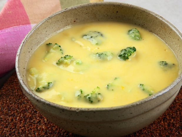Sopa creme de milho verde 1 lata de milho verde escorrido 1 xícara (chá) de água 2 colheres (sopa) de maisena 2 xícaras (chá) de leite desnatado 3 colheres (sopa) de creme vegetal 1/2 maço pequeno de brócolis picado 1 colher (chá) de sal Bata no liquidificador o milho, a água e a maisena. Passe na peneira. Coloque em uma panela, junte o leite e o creme.Fogo médio, mexendo até levantar fervura. Junte o brócolis e cozinhe por 10 minutos ou até ficar macio, mexendo. Tempere com o sal e sirva