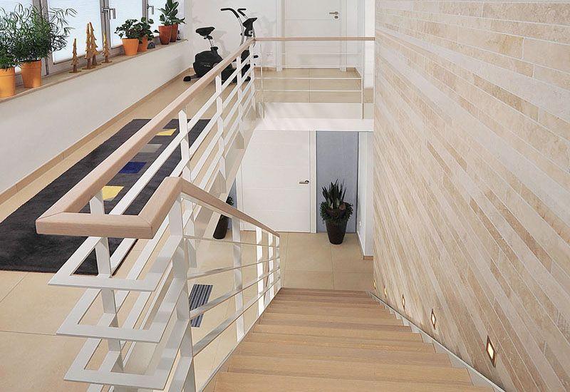 Treppen Bauer holztreppe modern in eiche weiß lasiert und metallgeländer vom