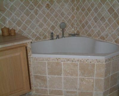 Salle de bains mosaïques travertin - Coin baignoire - Vous êtes ...