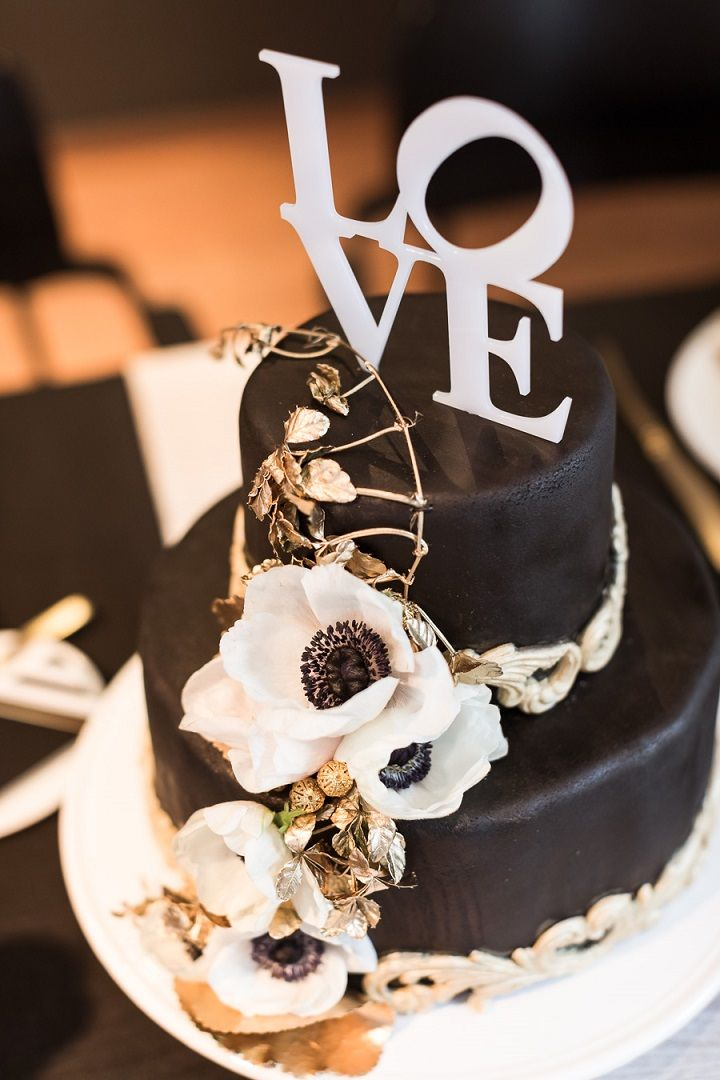 Black gold and white wedding cake topped with white love letters | fabmood.com #weddingcake #blackgold #blackgoldcake #cakes #modernwedding