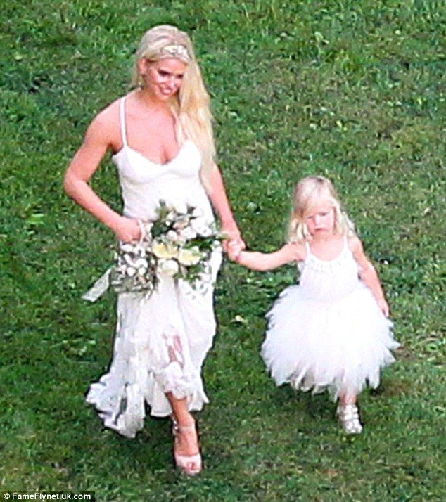 Ashlee simpson celebrates with evan ross at happy family wedding jessica strolled across the lawn with her daughter maxwell the flower girl who wore velcro strapped trainers with her frothy white dress junglespirit Images