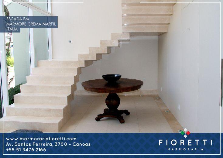 Escada revestida em Mármore Crema Marfil. Design moderno e clean.