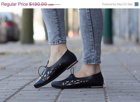 Vente 20 % OFF, chaussures en cuir noir, cuir Flats, découpe noir cuir chaussures, chaussures d'été par BangiShop sur Etsy https://www.etsy.com/fr/listing/227157974/vente-20-off-chaussures-en-cuir-noir