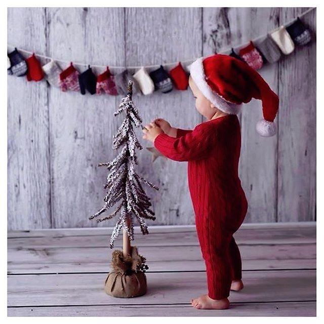 God Jul Alla Fantastiska Foraldrar Julen Ar Barnens Hogtid Och Vi Hoppas Att Ni Far En Christmas Baby Pictures Baby Christmas Photos Christmas Photography