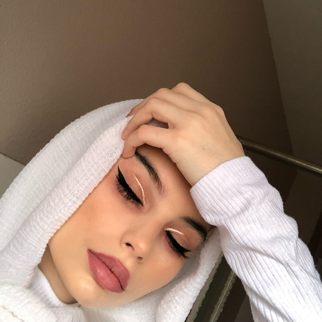 "Photo of BAMA NANIĆ (ꈍ ꒳ ꈍ✿)* on Instagram: ""wearing @evonwahab's shade ""EGEND"" i didn't write the L bc i dont take any • deets: -eyeliner: @vivrecosmetics -rose gold liner:…"""