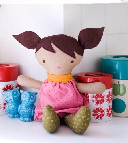 La moda infantil es tu pasión? comienza por hacer los vestidos a las muñecas de las niñas !