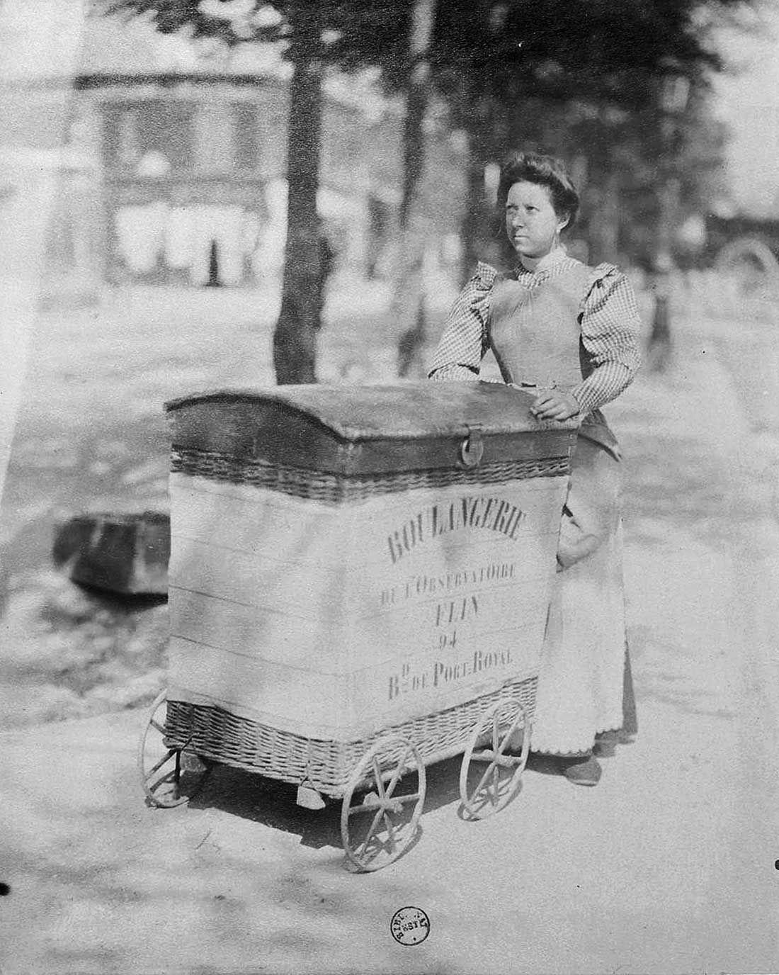photo insolite noir et blanc les petits metiers paris vintage 1900 boulangere livraison pain. Black Bedroom Furniture Sets. Home Design Ideas
