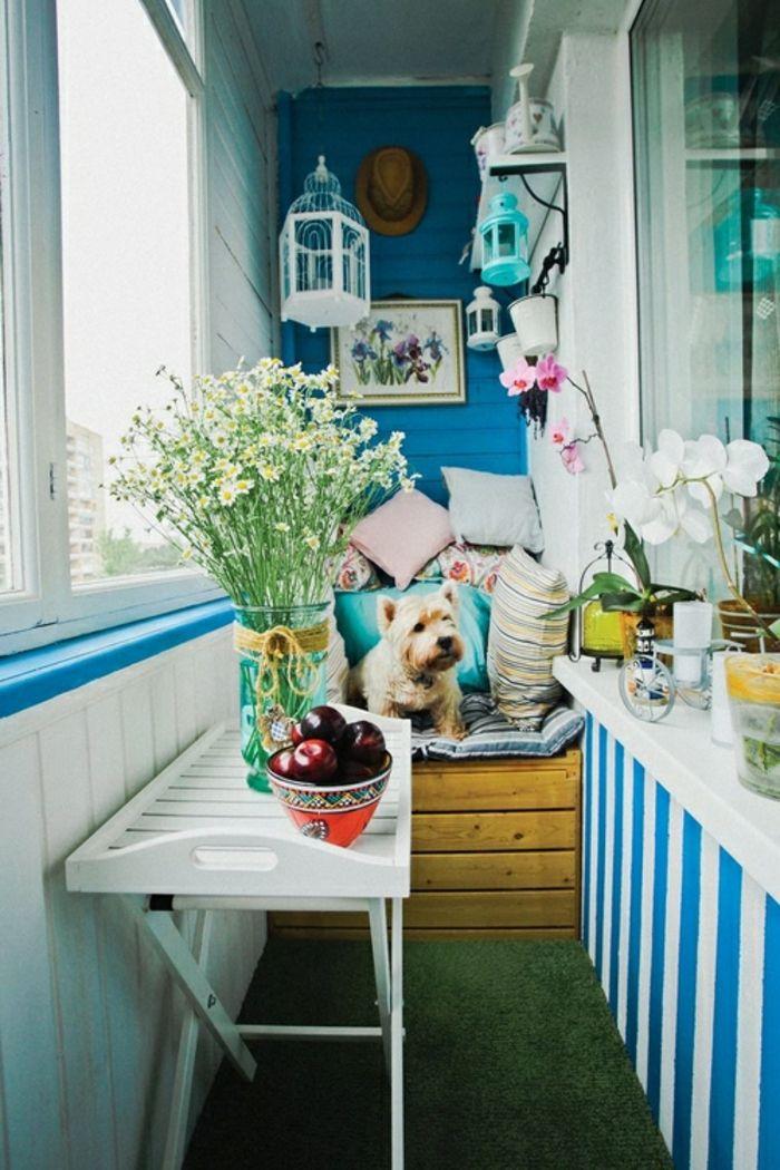 tarrazas pequeñas, balcón en blanco y azul con césped artificial
