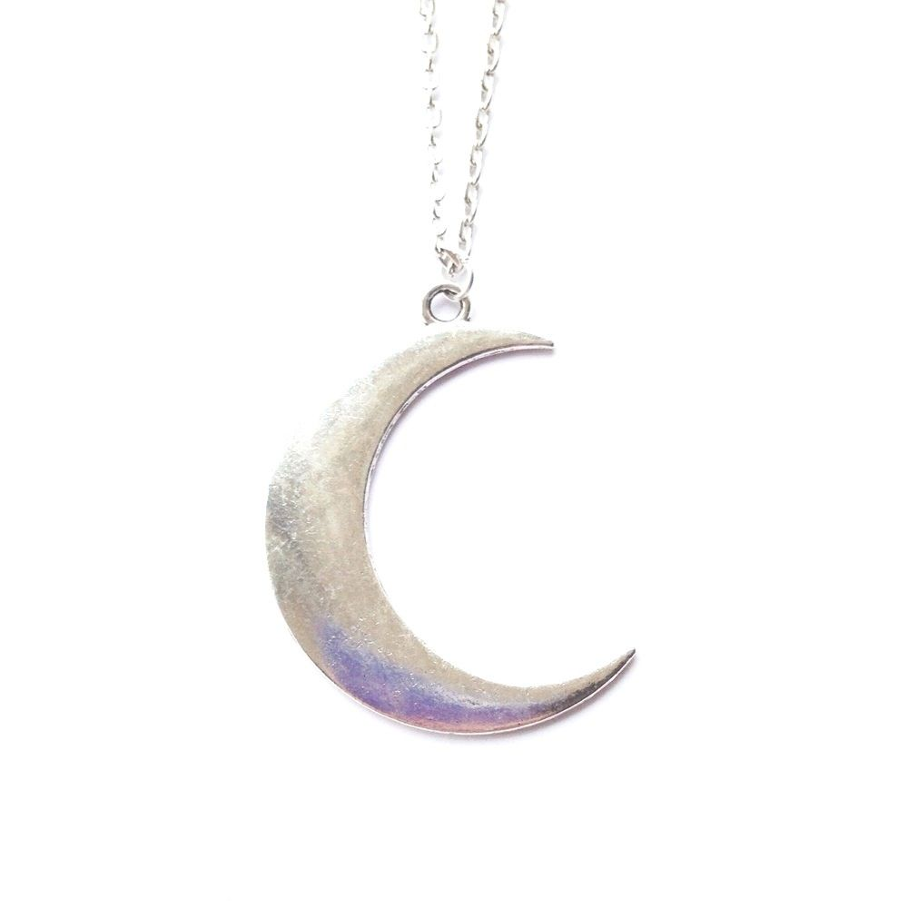 A crescent moon pendant on a 20 inch silver tone chain. The perfect withcy necklace!Pendant measures 5cm.Materials: silver tone zinc alloy.