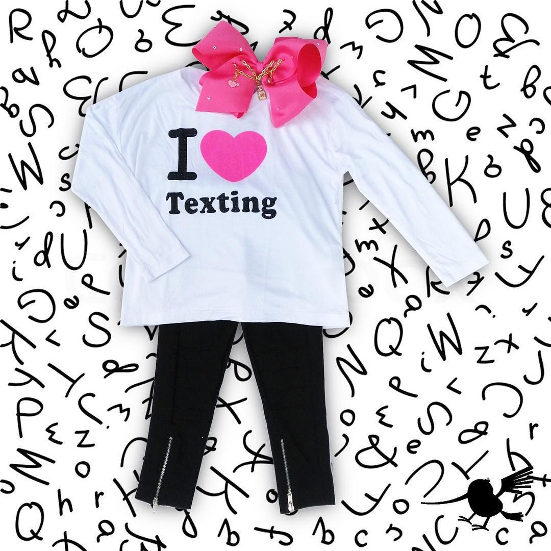"""Who doesn't love texting?!  •BUEN FIN -> ¡APROVECHA LOS MEJORES DESCUENTOS! #Blusa #Leggings 30%OFF 