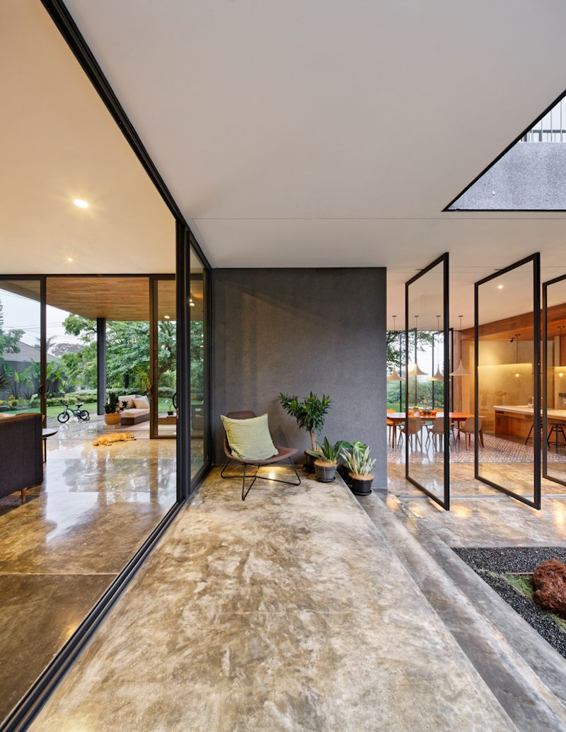 Inside Outside House Built Around An Old Mango Tree In Indonesia With Images House Design House