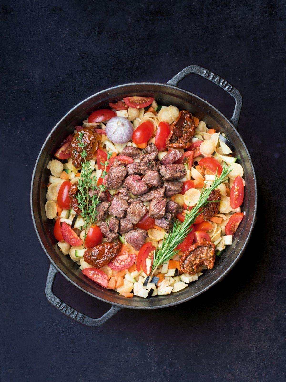 Sollte es mal kälter werden am Lagerfeuer: herzhaftes One Pot Pasta Rezept mit Rindfleisch und Rotwein