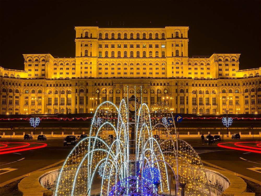 El Palacio del Parlamento Rumano es el segundo edificio más grande del mundo después del Pentágono en EE. UU. Está abierto a visitas, siempre y cuando se realice previa reserva.