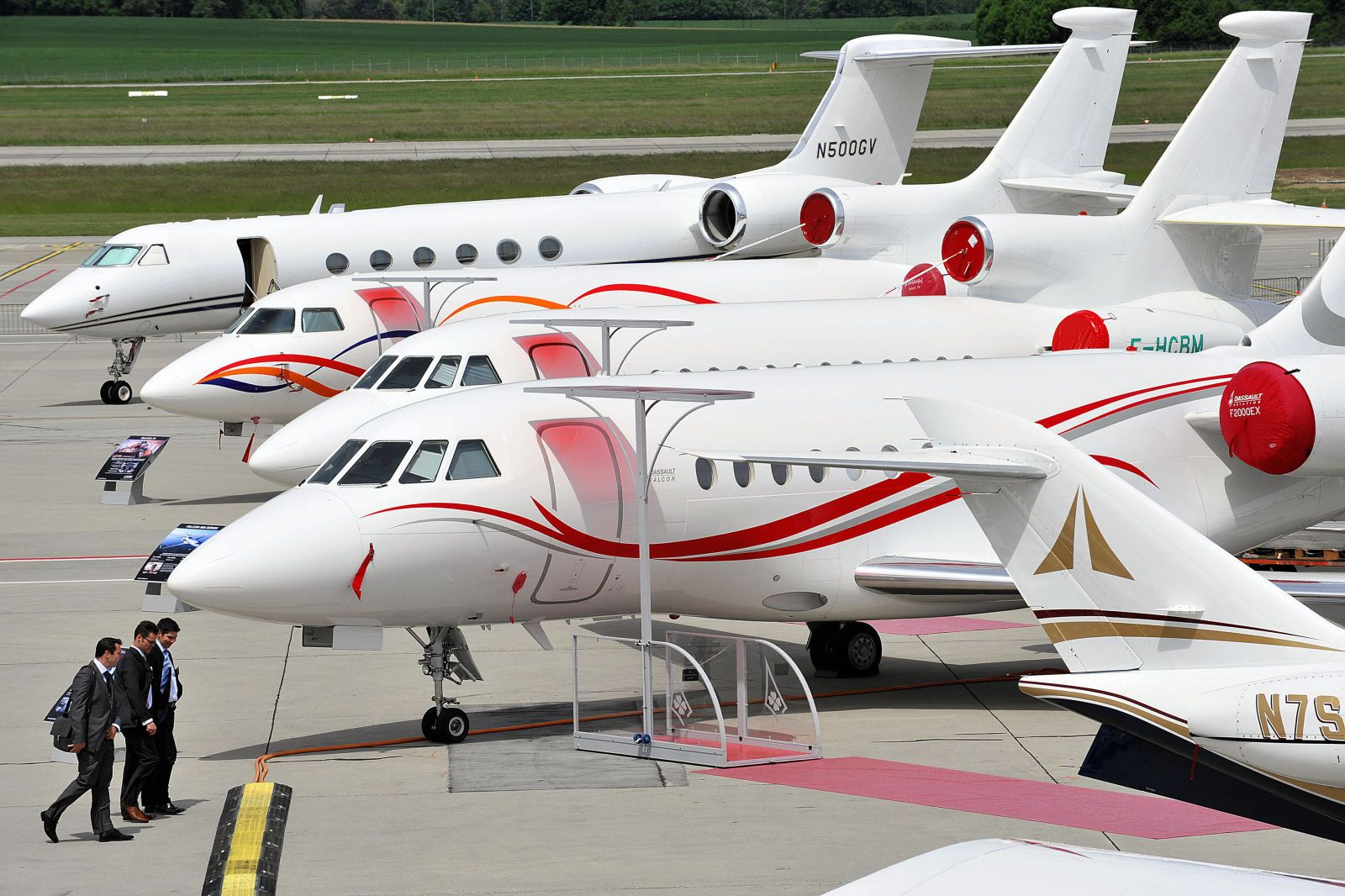 Private Jets Descend on Nantucket for Christmas Stroll  - TownandCountryMag.com