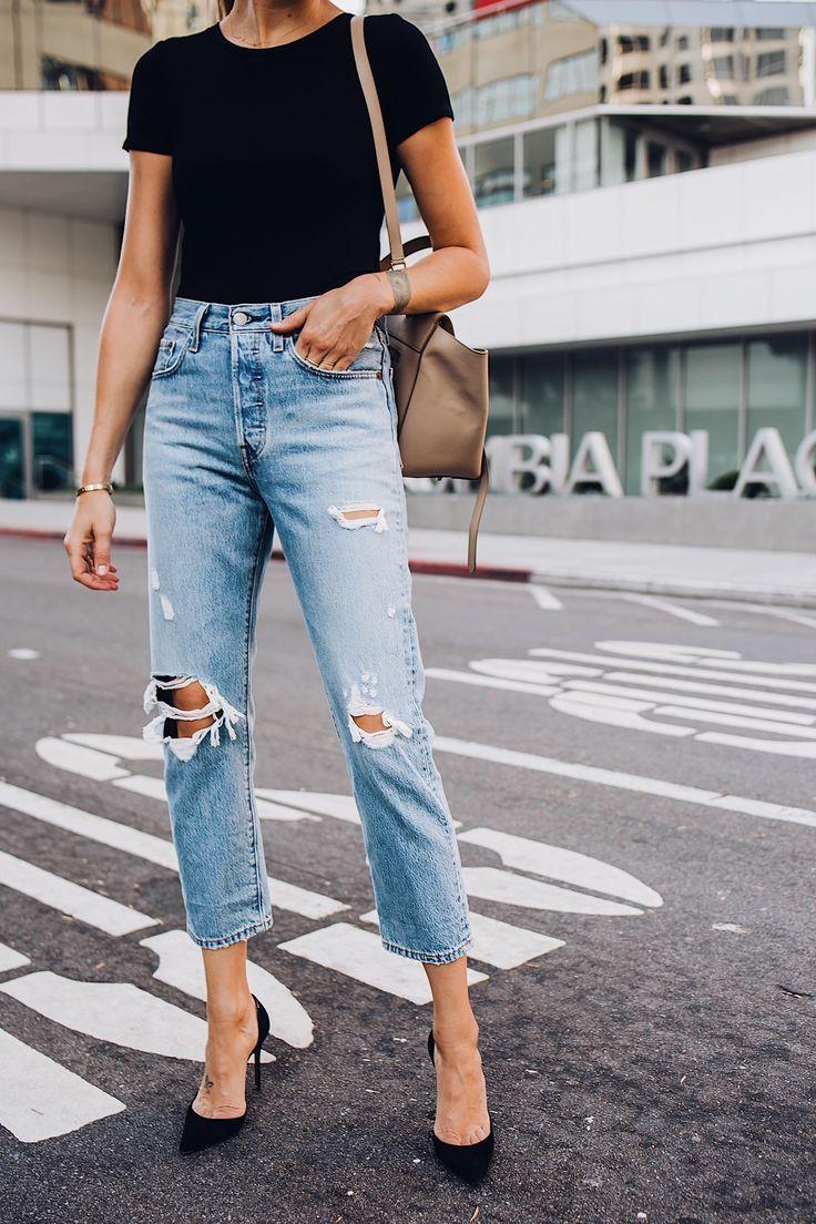 Frau trägt einen schwarzen Bodysuit mit kurzen Ärmeln Levis Wedgie Straight Leg Ripped Jeans Schwarze Pumps Mode Jackson San Diego Blogger Mode Blogger Street Style – Trend Frauen   – Fashion