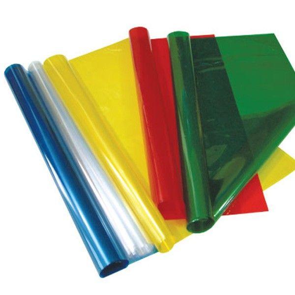 Papel celofán. Los recortaremos con forma de hoja, con diferentes tamaños y los colocaremos en la ventana del aula.