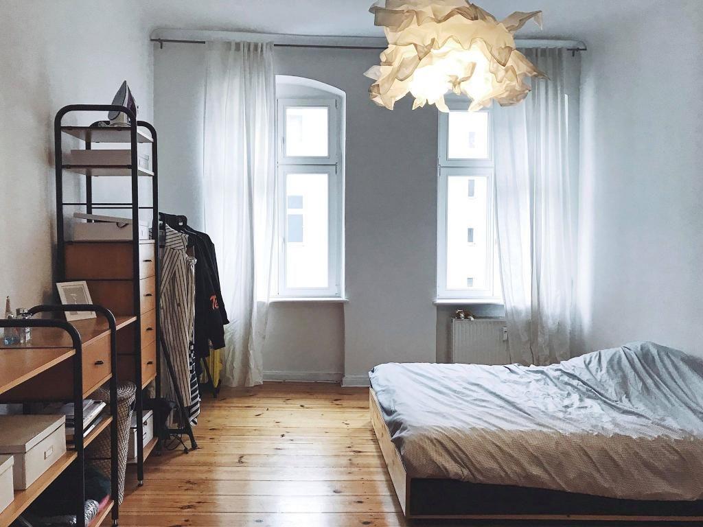 Inspirierend Schöne Einrichtung Beste Wahl Schönes Zimmer Mit Großem Bett, Hohen Fenstern