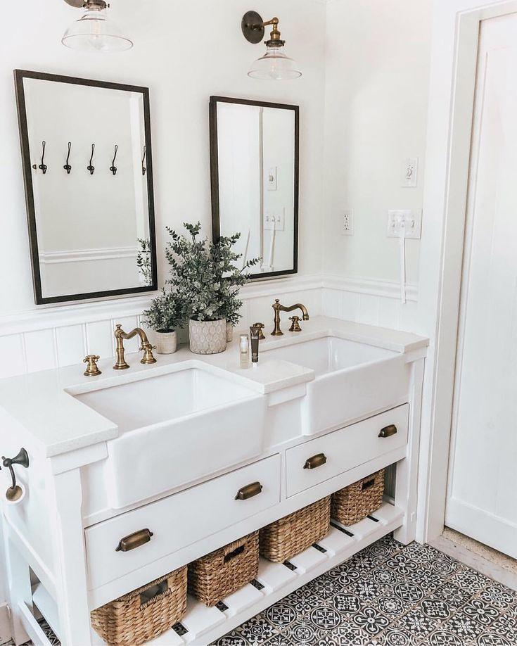 Love This Bathroom Vanity With Double Farmhouse Sinks Farmhouse Bathroom Decor Bathroom Design Bathroom Decor