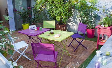 des chaises de jardin de couleur pour