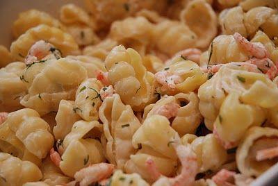 Laxspett med pasta och räksås.