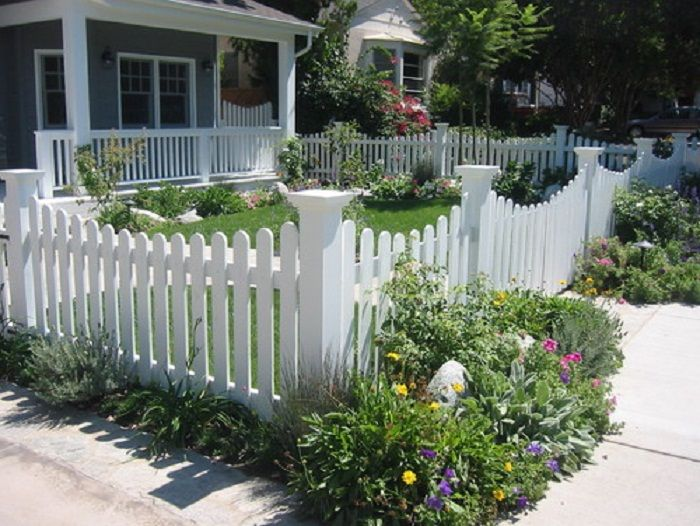 Nice Front Yard Picket Fence With Soft Arches Small Front Gardens Front Yard Design Front Yard Fence