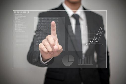 Gros plan d'homme d'affaires touchant un écran numérique avec les doigts - Photo
