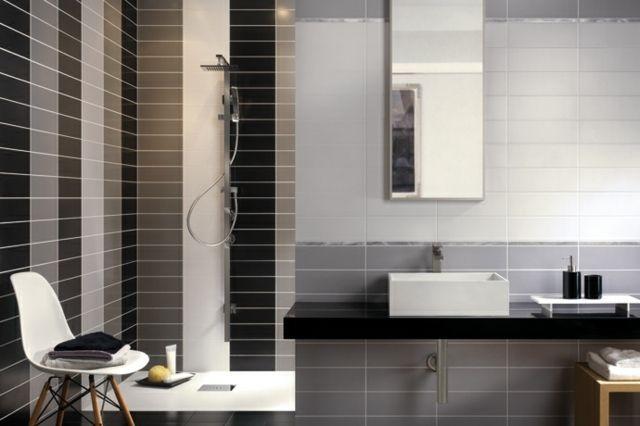 Waschbecken Und Duschbereich Mit Rechteckigen Ziegelsteinformatige Fliesen  In Braun Und Grau