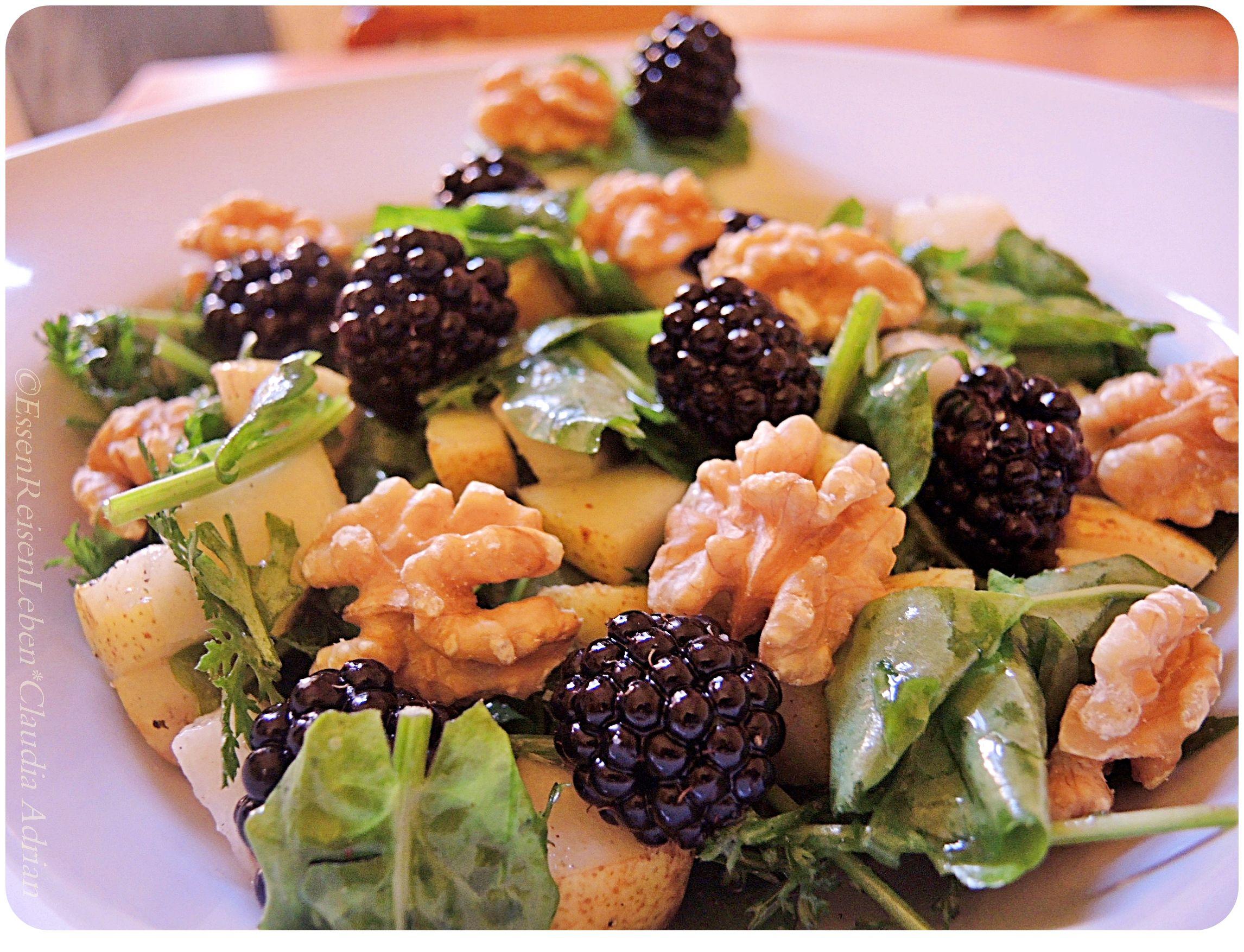 Sommerliche Salatkreation: Kräutersalat, Brombeeren, Walnüsse und Birne  #Sommer #Brombeeren #EssenReisenLeben