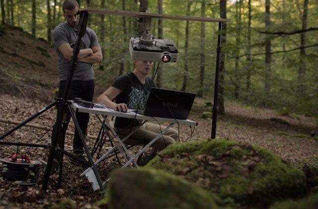 Um projetor no meio da floresta