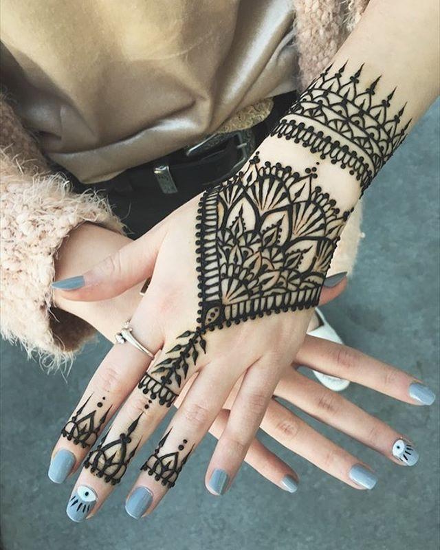 Tatuaje de Henna triangular Mano