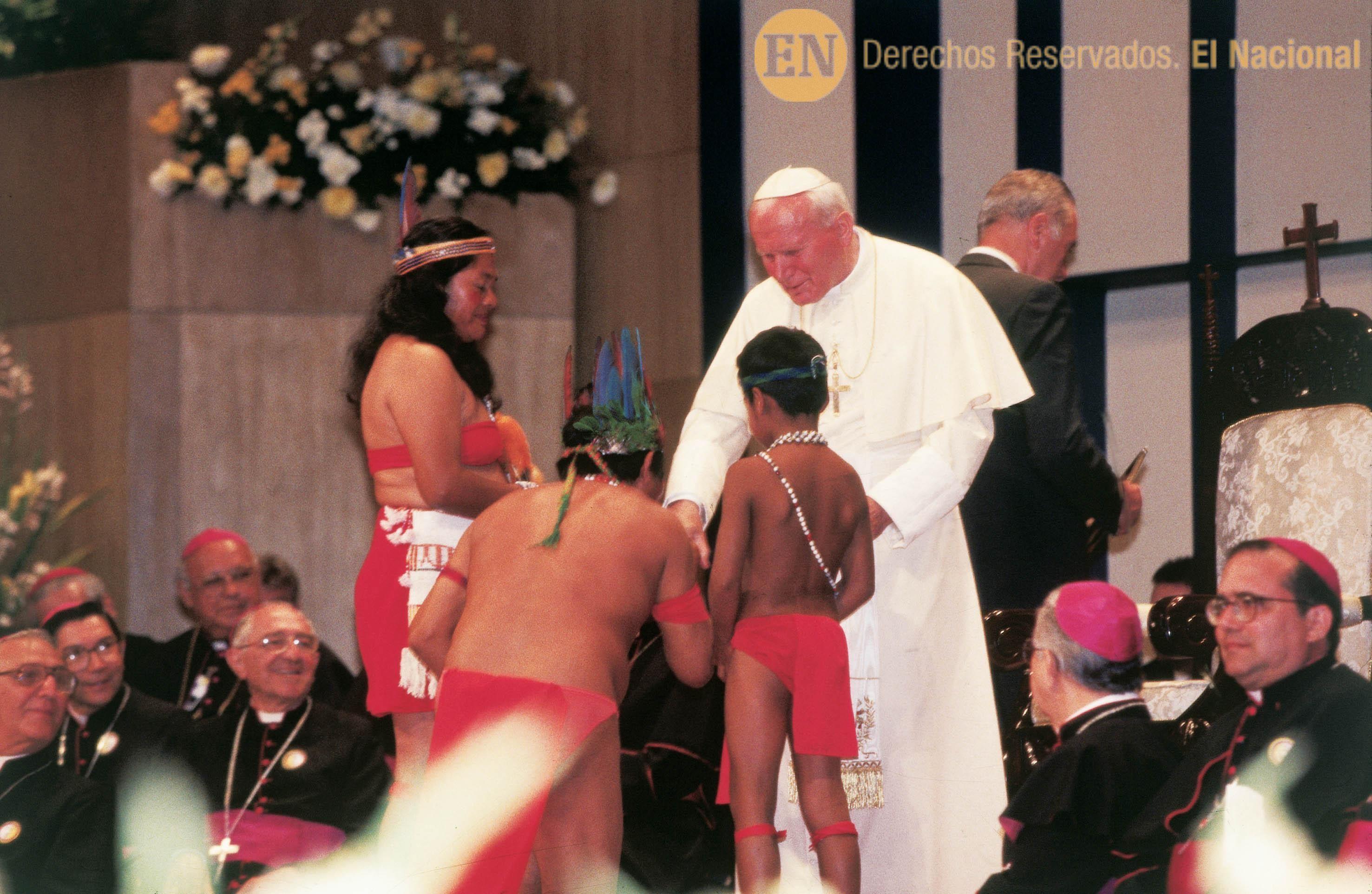 Visita Del Papa Juan Pablo Ii A Venezuela En La Gráfica El Santo Recibiendo Ofrendas De Representantes Indígenas Caracas 12 02 Wrestling Nostalgic Venezuela