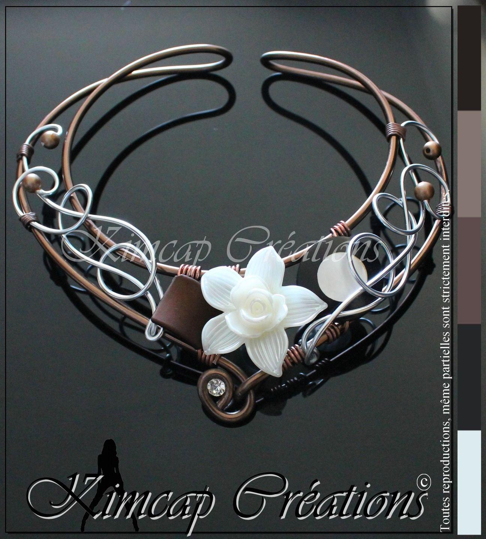 km265 collier fil aluminium marron fleur acrylique blanc nacr collier par kimcap creations. Black Bedroom Furniture Sets. Home Design Ideas