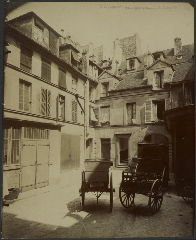Vieille Maison Rue De Fourcy, Passe Dans De Quartier Pour