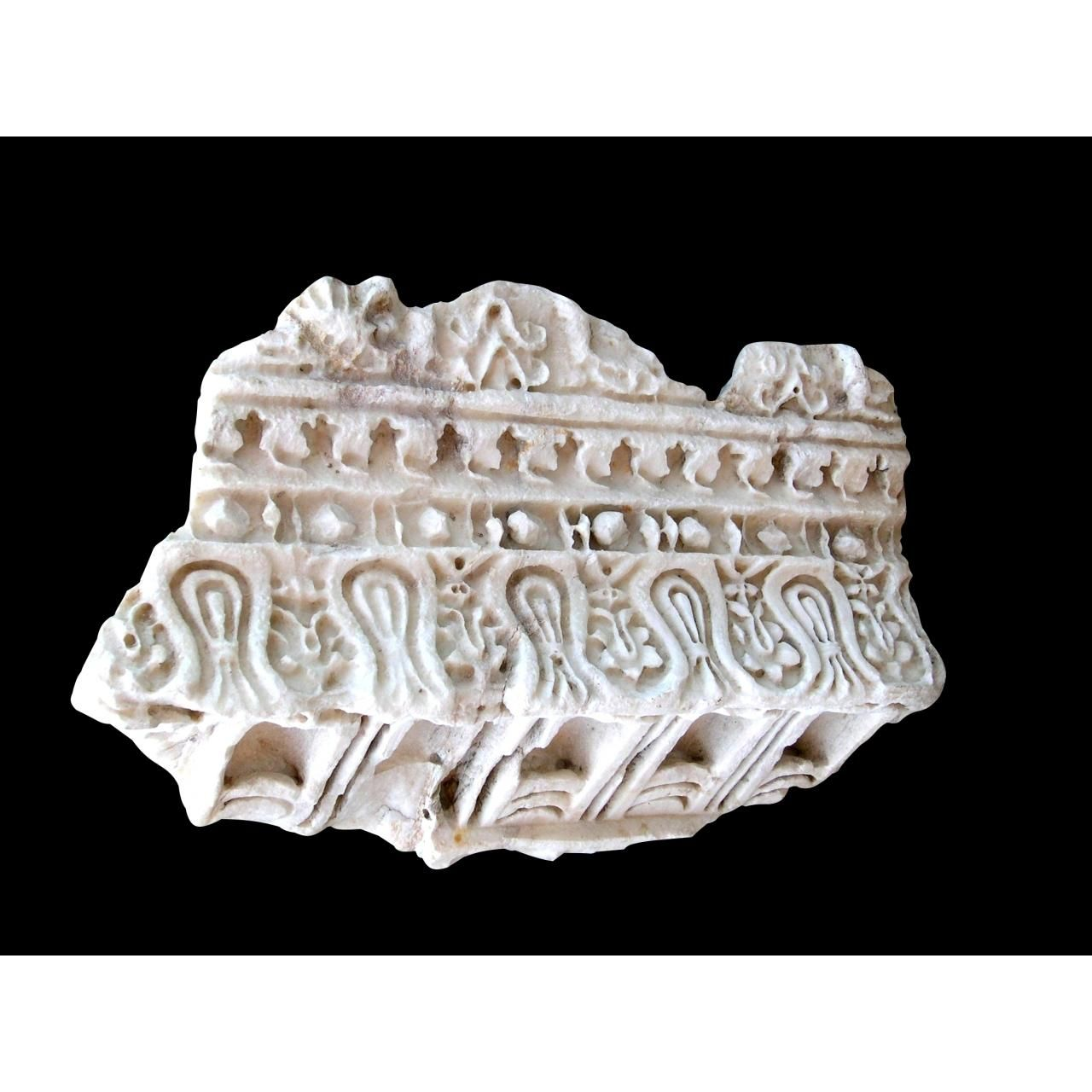 Frammento di cornice in marmo bianco dalla Collezione M della fondazione Sorgente Group