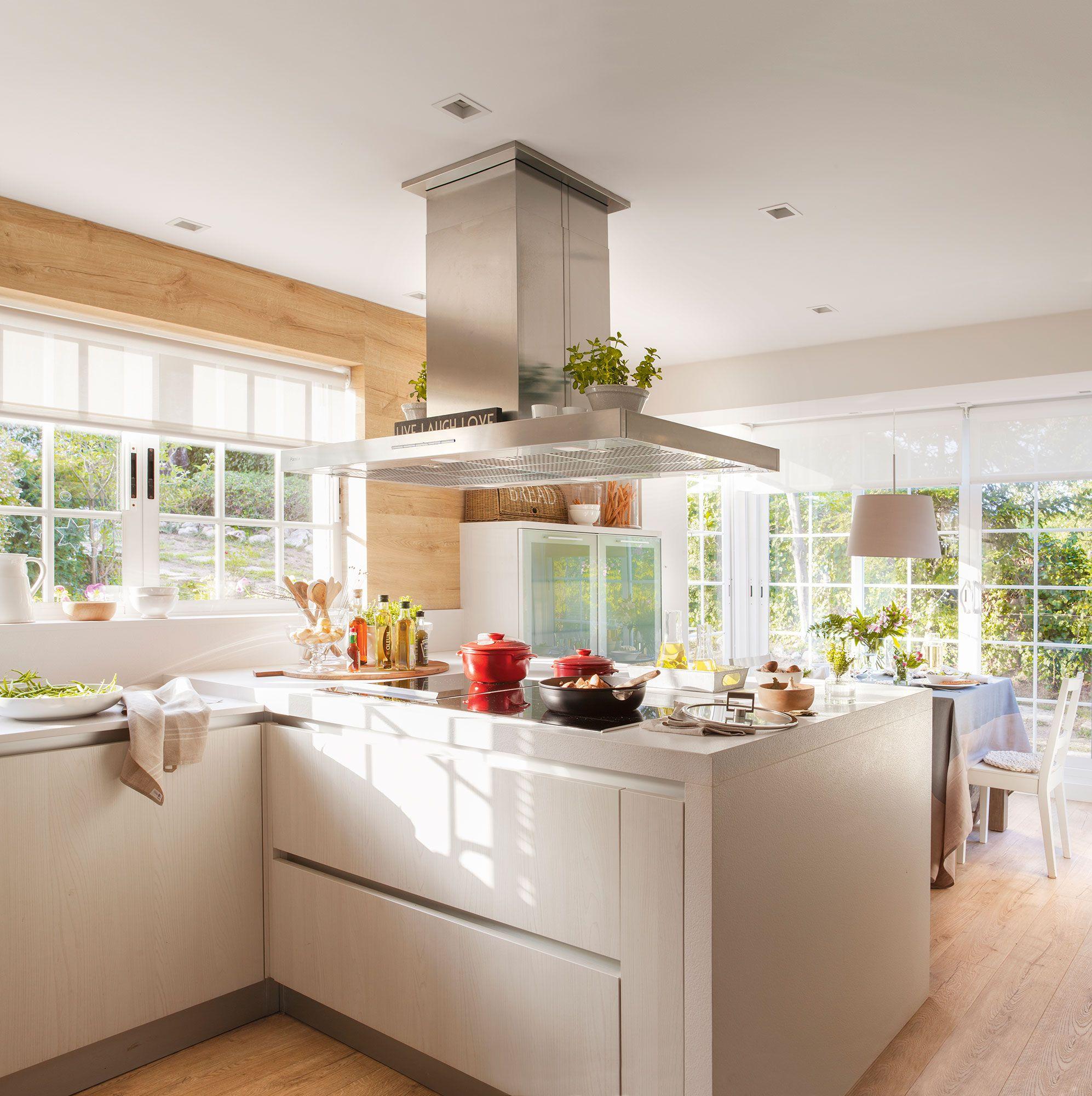 Cocina con muebles en blanco i pen nsula que separa del for Cocina 3x3 metros
