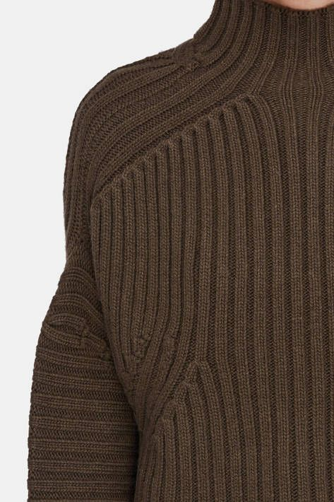 Los Angeles-based designer Soyun Shin crafts fine Italian fibers into Soyer's signature offering of relaxed knits with a fundamental elegance. With its decisive ribbing and dropped shoulder seams, this chunky-knit sweater has a cropped hem: the gently curved front dips lower than the notched back.