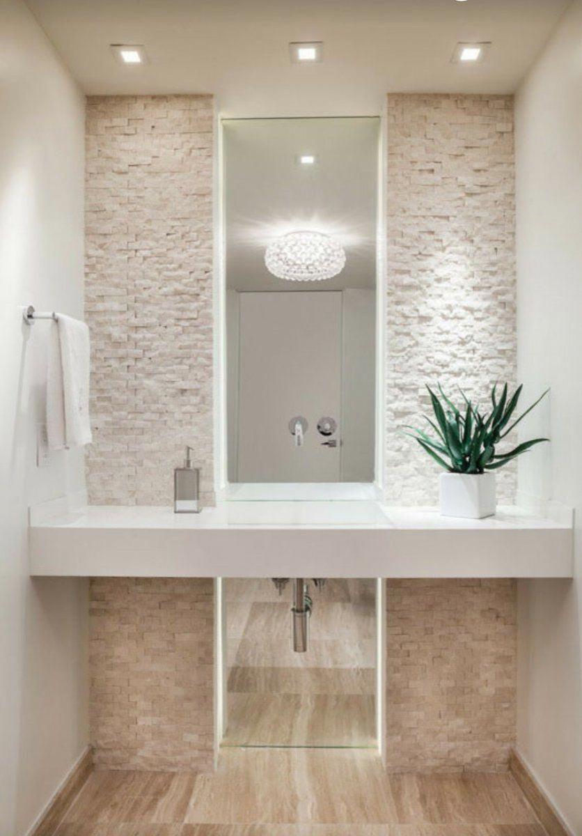 Banos Modernos Decoracion De Interiores Bano Con Paredes Blancas Y Espejo Grande Minimalista Decoraciondeapa Modern Bathroom Bathroom Interior Bathroom Design