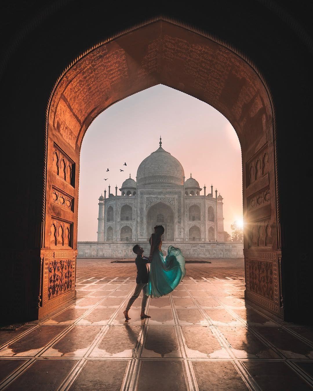 Couple in Taj Mahal
