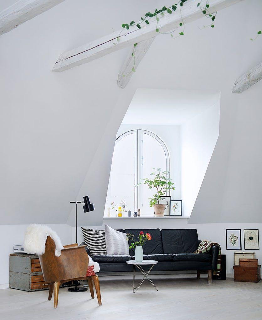 Gullsmeden Annette samler på minner og gamle møbler i denne nydelige leiligheten med mengder av lys.