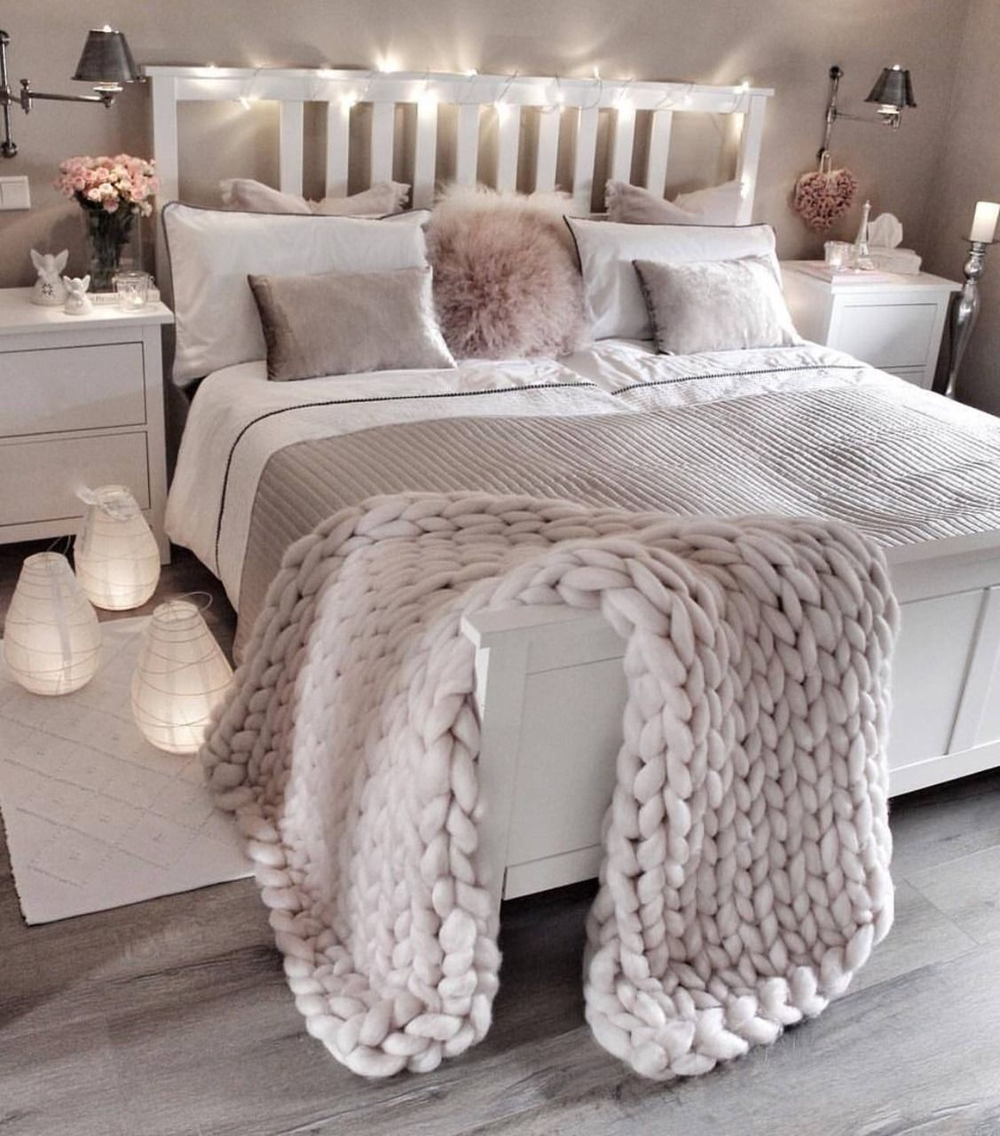 44 Lovely White Bedroom Decorating Ideas For Winter images