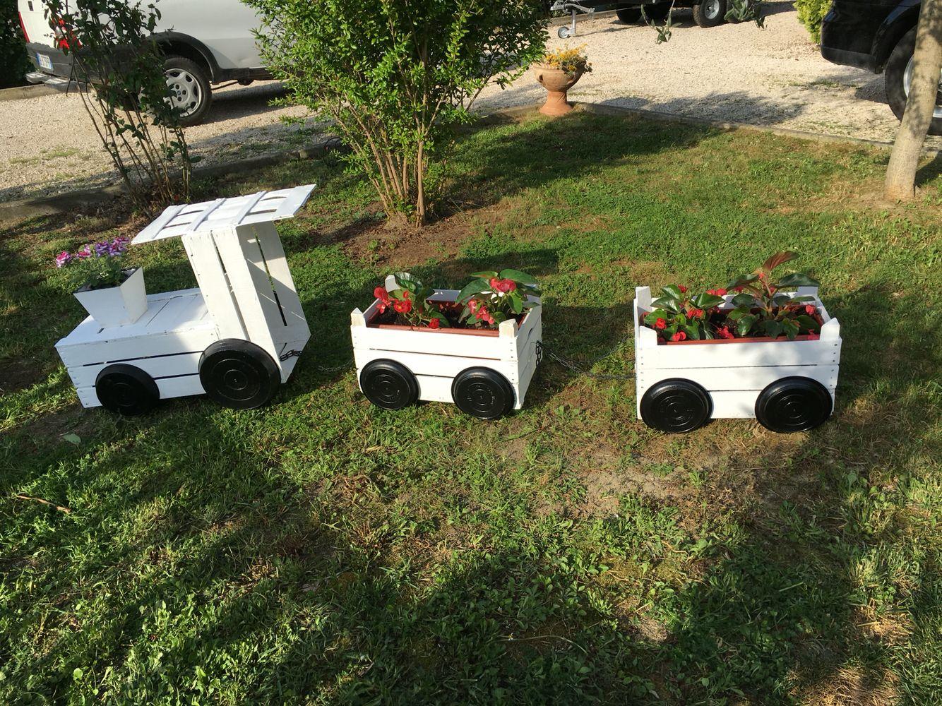 fioriera con cassette di legno a forma di treno giardino pinterest