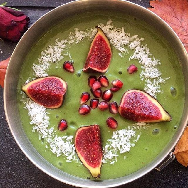 Patricia used mango and matcha topped with figs, pomegranate and coconut www.zengreentea.com #matcha #superfood
