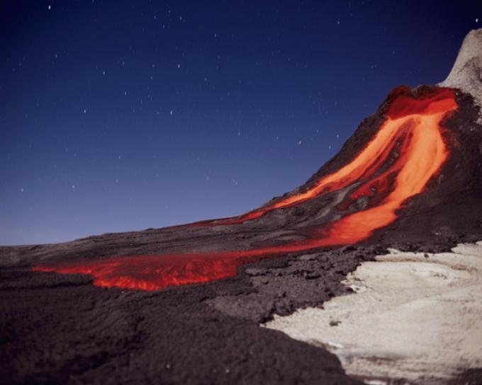 Ol Doinyo Lengai es un volcán de Tanzania con una peculiaridad, su cima la forman dos cráteres. Mientras uno permanece inactivo, el otro sí que presenta actividad.