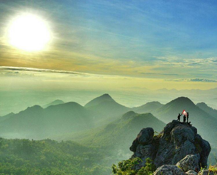 Bukit Cumbri Yang Berlokasi Di Antara Perbatasan Antara Wonogiri Dan Ponorogo Menjadi Satu Dari Sekian Banyak Keindahan Alam Yang Pemandangan Indonesia Tempat