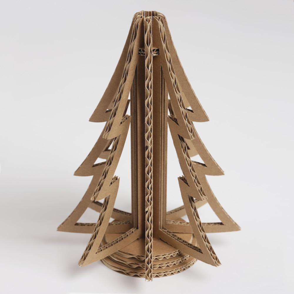L'albero di Natale in cartone 3D Ecoliving è realizzato a mano con cartone ondulato certificato FSC. Made in Italy ed Eco-friendly. Ecoliving Ecodesign