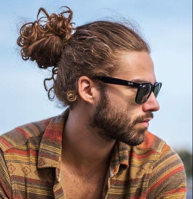 Sfumature capelli uomo di colore biondo molto lunghi e legati ... 38b5b13ea593