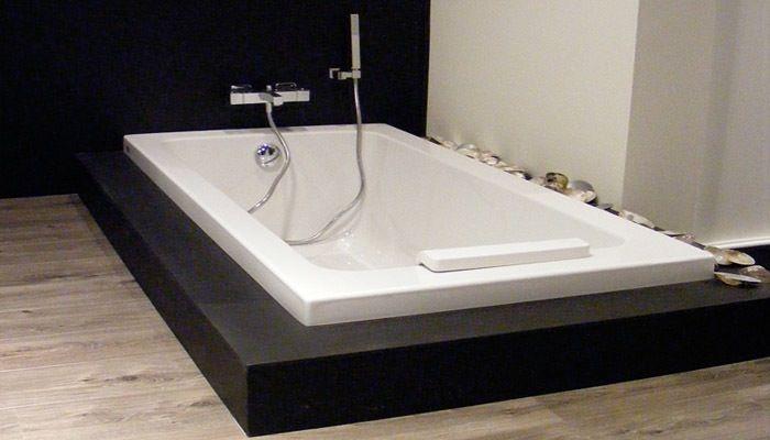 Ingebouwd bad in badkamer met parketvloer badkamer
