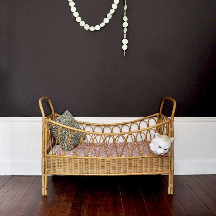 charmant lit b b en rotin tress sommier d 39 origine en bois et rotin tr s bon tat g n ral. Black Bedroom Furniture Sets. Home Design Ideas